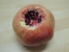 Granatapfel öffnen in der Küche