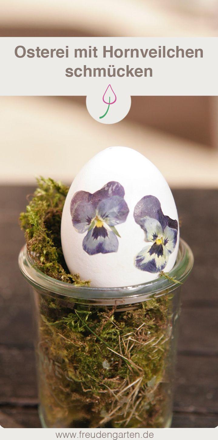 Für Ostern dekorieren: Ei mit getrockneten Hornveilchen schmücken #Ostern #dekorieren #Osterei #Osterschmuck