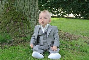 Coole kerel, in zijn mooie grijze kostuum. Natuurlijk van Corrie's bruidskindermode. Trouwen, huwelijk, bruiloft, bruidskinderen, bruidsmeisje, bruidsjonker, doopkleding, dooppakje. bruidskindermode.nl