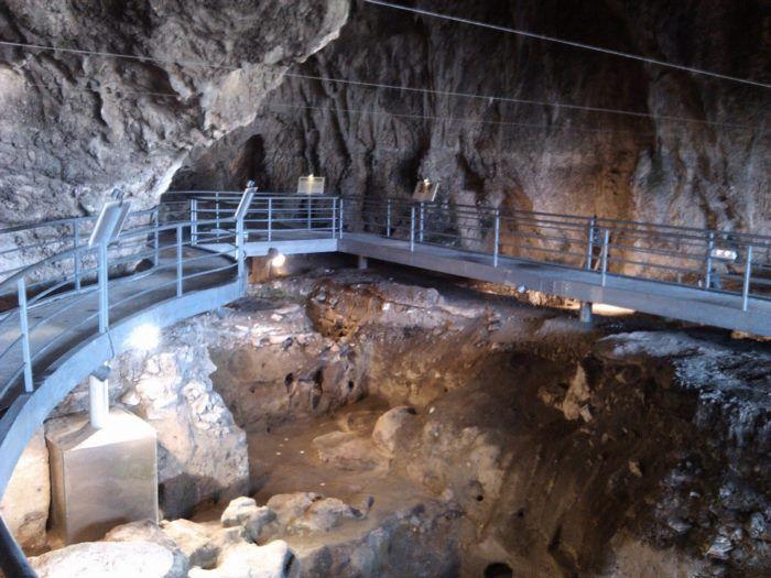 Το σπήλαιο στην Ελλάδα με τις πατημασιές 130.000 ετών! Θεωρείται από τα σπουδαιότερα σπήλαια της Ευρώπης.ΣΠΗΛΑΙΟ ΘΕΟΠΕΤΡΑΣ.