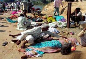 25-Aug-2014 9:32 - DODEN BIJ PANIEK IN INDIASE TEMPEL. In India zijn zeker tien mensen omgekomen toen er in een hindoetempel paniek uitbrak. Er zijn zestig gewonden, melden televisiestations. In de Kamtanath-tempel in de deelstaat Madya Pradesh, in het midden van het land, waren enkele duizenden gelovigen. Ze waren bijeengekomen om te bidden vanwege nieuwe maan. Toen velen op de grond lagen voor een godsdienstig ritueel, brak er ineens paniek uit. Iedereen probeerde naar buiten te...