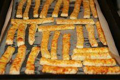 Ha szeretnél finom sajtosrudakat sütni, ezt a receptet megéri kipróbálni! Hozzávalók 50 dkg liszt, 10 dkg zsír, 2 dl tejföl, 3 dkg élesztő, 2 kiskanál só; a tetejére1 tojás, 20 dkg reszelt sajt, só, pirospaprika; a forma kikenéséhez...