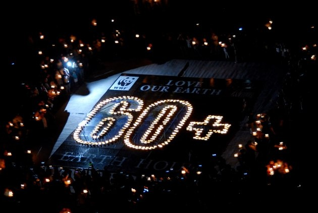 Ratusan lilin dinyalakan membentuk tulisan '60 ' saat puncak peringatan Earth Hour 60 2012 di Grand City Surabaya, Sabtu (31/3). Earth Hour 60 yang juga diperingati seluruh dunia ini, ditandai pemadaman lampu selama 60 menit, sebagai simbolis hemat energi. FOTO ANTARA/Eric Ireng/nz/12