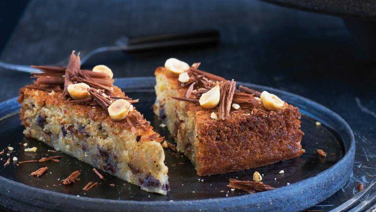 Giv chokoladen selskab af marcipan og hasselnødder og oplev en saftig kage fuld af smag og helt uden mel. Her får du opskriften på hasselnøddekage med mørk og lys chokolade