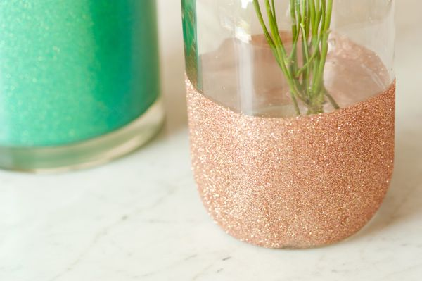 DIY glitter vases from The Sweetest Occasion: Glitter Mason Jars, Gold Glitter, Glitter Centerpieces, Glitter Vases, Diy'S, Glitter Glasses, Diy Glitter, Glitter Jars, Colors Vase