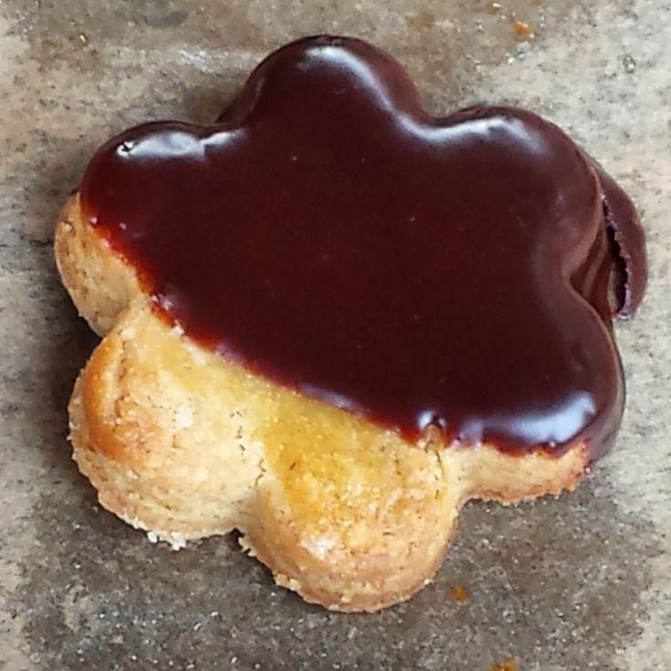 A mí me gustan las galletas. No lo puedo remediar. Y me gustan caseras. Será porque soy de provincias y tengo en el recuerdo de mi infancia y adolescencia a mi madre comprando cosas para desayunar …