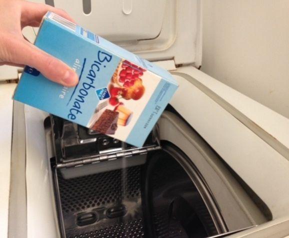 Mettre du bicarbonate dans la machine à laver pour la nettoyer