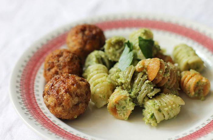 lilla matdériven: Pollobollar med rå broccolipesto för små