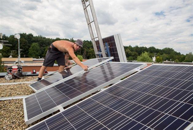Energetickým firmám se pomalu rozjíždí byznys s instalacemi solárních elektráren na střechy rodinných domů. ČEZ dokončil padesátou instalaci, avšak první…