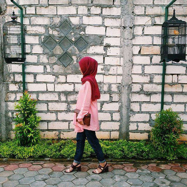 ... tak mengapa, aku melangkah sendiri dapat ku jalani ~ huoo ~ 🎤🎶 #vsco #vscocam #ootd #hijabfashion