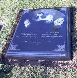 Anna Nicole Smith shares a Gravestone with her son, Daniel Wayne Smith who passed just five months before her