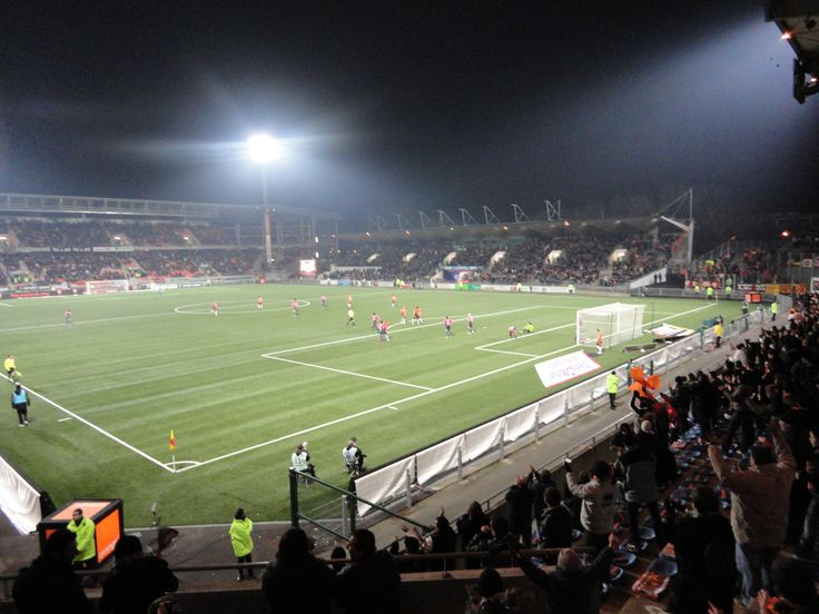 @Lorient Le stade du Moustoir, aussi appelé stade Yves-Allainmat, est un stade de football situé à Lorient dans le Morbihan, à proximité du centre-ville, au nord de l'hôtel de ville. D'une capacité d'environ 18 500 places, dont 18 110 assises, il a pour club résident le Football Club Lorient, club de première division du championnat de France de football depuis 2006. #9ine