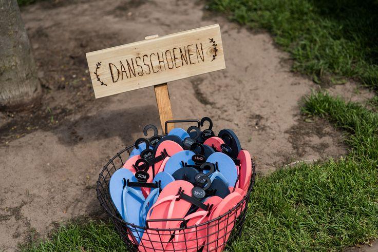Een mandje teenslippers zodat iedereen zijn/haar nette schoenen uit kan schoppen om de dansvloer onveilig te maken. Wat een leuk idee!  Hoeve Kindergoed is een officiële trouwlocatie en groepsaccommodatie op een schapenboerderij in Ermelo. De locatie is te huur voor een dag(deel) of een weekend. Overnachten kan in een van de slaapzalen of op de camping. Het ervaren team helpt jullie aan een relaxte bruiloft. Ga voor meer informatie naar www.hoevekindergoed.nl
