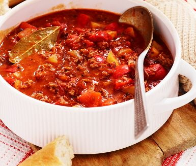 Gulaschen är en gammal favorit med anor från Ungern. Denna köttgrytan gör du på nolltid, tack vare köttfärsen. Med potatis, paprika, krossade tomater och buljong gör du snabbt en bra grytbas. Krydda grytan med bland annat kummin, vitlök, persilja och lagerblad. Smakrikt och enkelt!