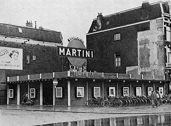 Explosievenonderzoek Stationsgebied. In 1954 kwam op de plek, waar in de oorlog een bom was gevallen op Hotel Central, een door de Utrechtse architect Rietveld ontworpen fietsenstalling