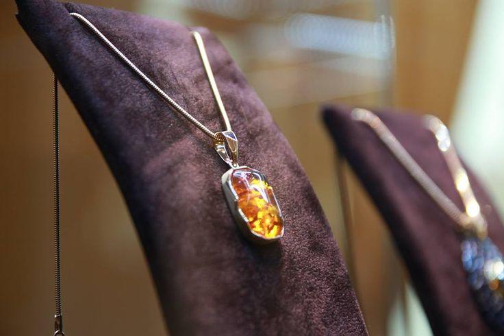 Poveste româneasca despre artă, bijutieri, chihlimbar, manufactură, detalii și precizie, exprimate toate, iată, atât de frumos, într-o bijuterie unică.   Bijuterii cu suflet manuafcturate în România. 