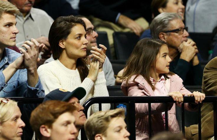 Suri Cruise und ihre Mama Katie Holmes bei einem Baskettballspiel im Barclays Center in Brooklyn, New York.