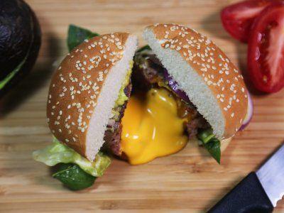 Receta de Hamburguesa Envuelta en Tocino con Centro Líquido de Queso - Prepara esta jugosa hamburguesa envuelta en tocino con un centro de queso cheddar que se derretirá en tu boca.