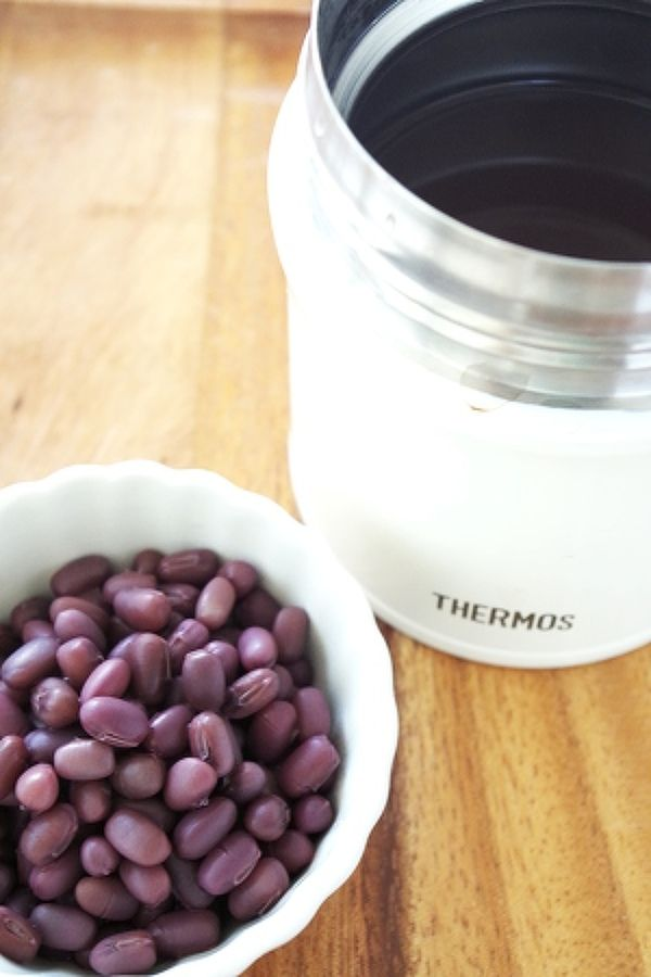 少量簡単スープジャーで茹で小豆(無糖) by 清水えり | レシピサイト「Nadia | ナディア」プロの料理を無料で検索  材料(作りやすい分量(出来上がり1カップ程度)) 小豆(乾燥)1/2カップ 熱湯適宜 塩ひとつまみ 作り方   小豆を流水で洗う。  1 スープジャー(または保温機能付き水筒やポット)に洗った小豆を入れ、熱湯を口まで注ぐ。 ふたをして30分おく。  2 30分たったらお湯を捨て、再び熱湯を口まで注ぐ。 そのまま3時間おく。 この段階で、ちょっと固めのできあがり。 あんこにしたり、スープなど加熱料理ならこれでOK. 3 いったん湯を捨て、塩ひとつまみと熱湯をまた口まで入れる。 2~3時間保温する。 これで形は残りつつほくっとした仕上がり。 サラダなどそのまま使うお料理にどうぞ! Point! 小豆にたいして3倍の熱湯が入るポットやジャーを使います。 多く茹でたい場合は容量の大きいものを使ってどうぞ。 今回は1人分のお弁当などに持っていくスープジャーを使いました。
