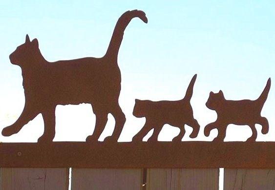 PASSEIO DE FAMÍLIA FELINA NA DECORAÇÃO  A cena de uma gata seguida dos filhotes pode ser reproduzida no parapeito de janelas, corrimãos de escadas ou cercas de jardins.  As silhuetas rústicas d…
