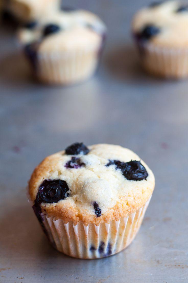 Diese saftigen Blaubeermuffins schmecken einfach nur nach Sommer. Dieses Rezept ist super einfach und für noch so ungeübte Bäcker geeignet.