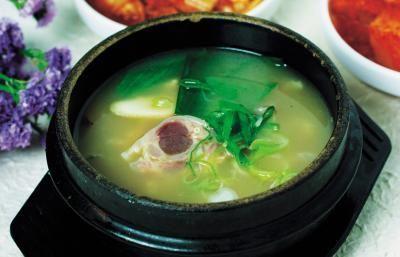 Boil bone marrow to make a nutritious broth.