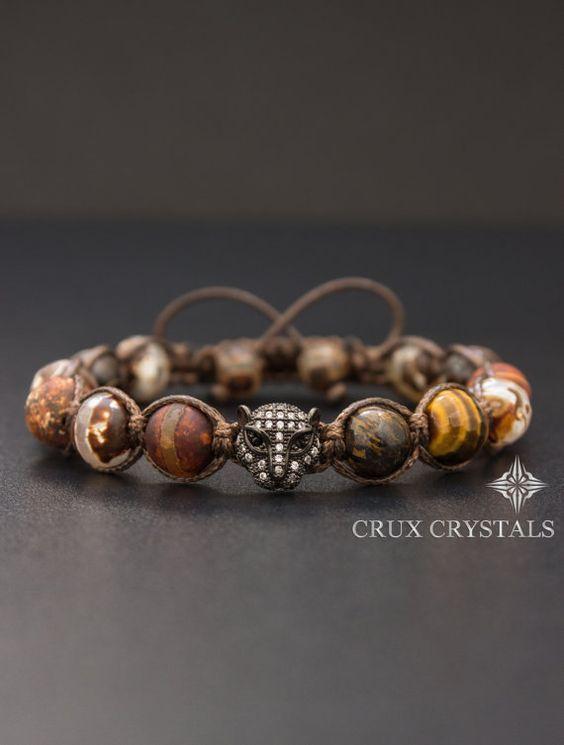 Pierre naturelle Bracelet pour hommes fabriqués à la main Shamballa fait de 10 mm pierres précieuses perles en - à facettes en Agate rétro marron, bois Grain Agate, oeil de tigre à facettes, café de nacre et Bronzite, tous réunis avec cordon de shamballa ciré brun foncé. Comme un accent le bracelet a une perle de léopard noir Micro pavé de zircons dans le milieu. Larticle se termine avec deux perles 8mm en Agate tibétaine comme bouchons. (Sil vous plaît, agrandissez les photos pour une…