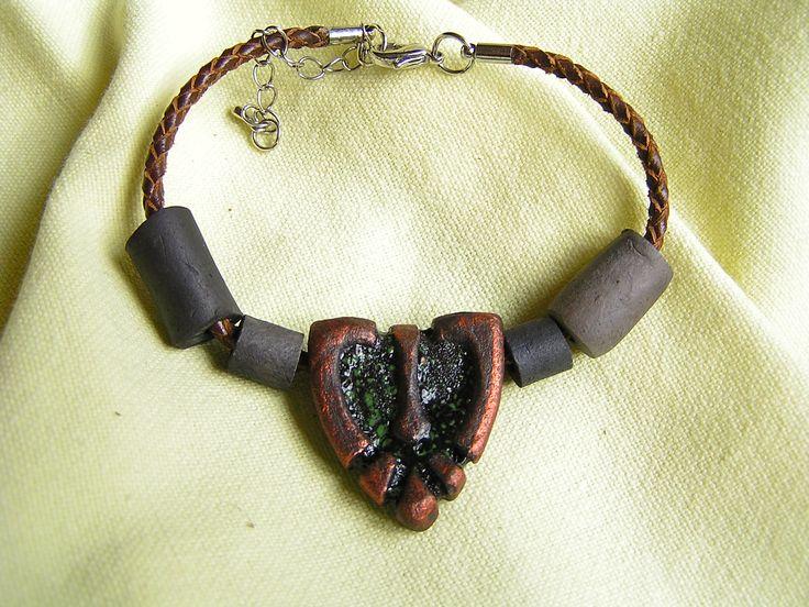 Bransoleta wykonana została z elementów Ceramicznych.
