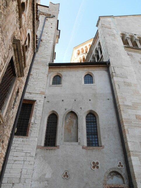Accesso al museo della cripta del Duomo di Trento - sembra la porta degli orfani, dove i simboli ricordano insegne di solidarietà, riconoscimento dell'essere umano - segni naturalizzati