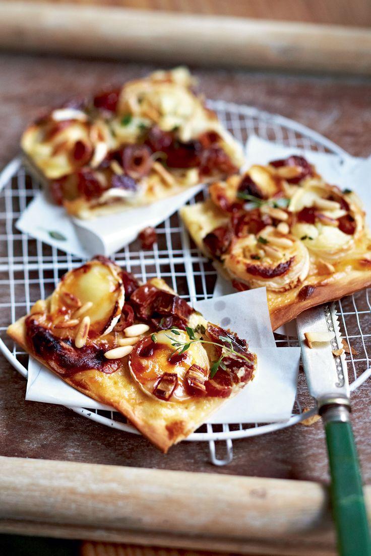 Weer eens iets anders, deze bladerdeegpizza met geitenkaas en dadels! Laat het bladerdeeg ca. 10 minuten rusten op kamertemperatuur. Verwarm de oven voor (elektrisch: 225°C ...