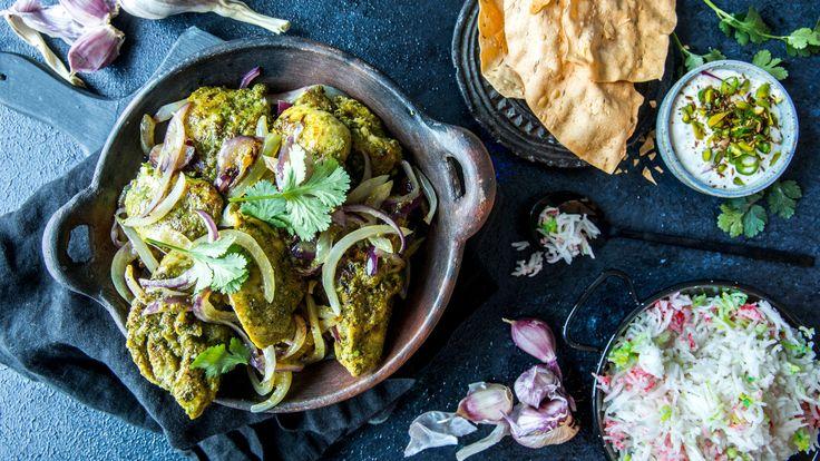 Dette er en forholdsvis «rask» og tørr grønn curry-variant. Server med godt indisk tilbehør som nanbrød, mangochutney, raita, papadu og ris.    Kyllinglårene bør marineres i minst 1 time, men helst natten over i kjøleskapet. Marinering er ikke medregnet i tilberedningstiden.