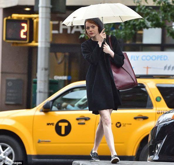 撐著雨傘漫步紐約 艾瑪史東Emma Stone真是清新美人呀!- 歐巴桑美國代購網