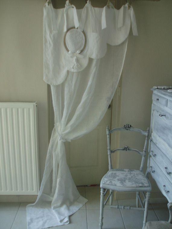 Magnifique rideau feston bonne femme. En linge ancien et voile de lin. Ponpon et monogramme
