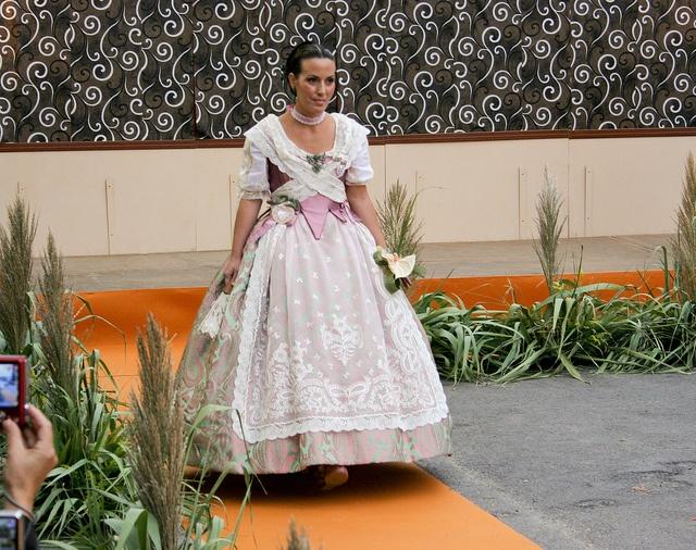 Ana, con un vestido de Les Barraques y peinada por Peinaditos.