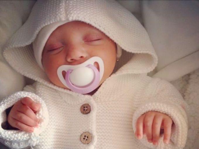 Con apenas 15 meses de nacida, Romi ha tenido que luchar por su vida desde el vientre de su mamá. La nena mexicana sufre de una enfermedad que no tiene cura, y, por tanto, necesita con urgencia un trasplante de hígado. TÚ puedes ayudarla. #CorriendoxRomi.¿Qué enfermedad padece Romi?Romina Chávez sufre de acidemia propiónica; enfermedad que afecta al metabolismo y que hace que su cuerpo no procese de manera adecuada las proteínas y que genere sustancias nocivas como el amonio que no se…