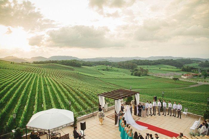 """A escolha para o cenário perfeito foi pautada no conforto e beleza que os noivos queriam proporcionar aos seus convidados. """"Como grande parte dos convidados viriam de outros estados do Brasil e queríamos um final de semana mágico para todos, escolhemos o hotel SPA do Vinho!"""