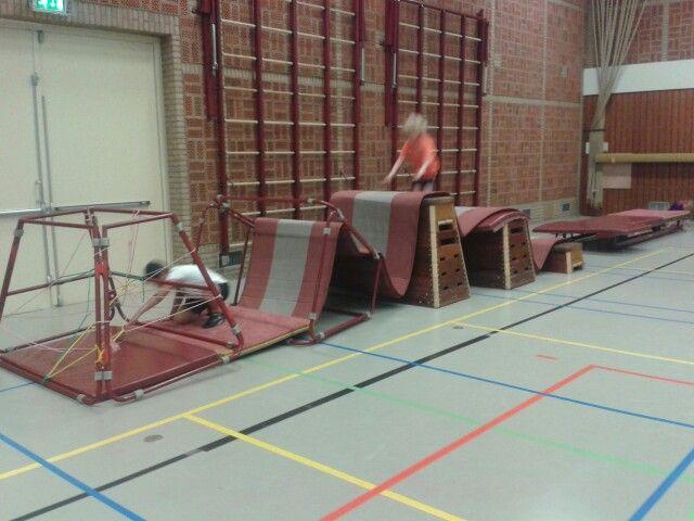een hindernissenparcour met matten, je kan dit ook met andere materialen in een andere soort ruimte doen