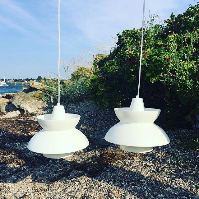 Flotte hvide lamper i metal (2 stk.) Flot danske design lamper, som ligner design af Carl Thore. Begge er i perfekt stand. Foto/photo: NONOdesign. Pris/price: 600 - 20 % = 480 kr./2 stk. (64,54 €) Fragt/levering efter aftale. #carlthore #dansklampe #danishlamps #stilrent #light #par #lamper #modern #nordic #nordichome #nonodesigndenmark