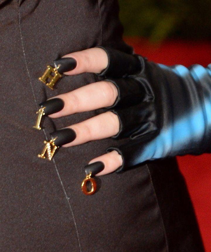 Pin for Later: Die Stars wissen: Kein Look ist perfekt ohne die richtige Maniküre Katy Perry bei der Met Gala Katy Perry trug die Buchstaben des Labels Moschino passend zu ihrem Kleid auch auf den Fingernägeln.