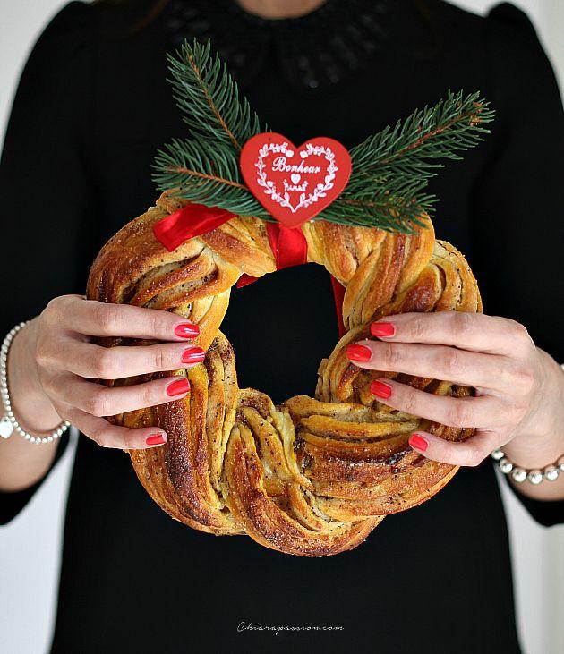 LaGhirlanda di Natalealla cannella e zafferanoporterà il profumo natalizio in casa. Bella da vedere, sarà il fiore all'occhiello sulle tavole vestite a festa. La ricetta è tipica dei paesi del nord europa ed è anche chiamataKringel, ricorda molto il sapore dei cinnamon rolls,panini dolci sved