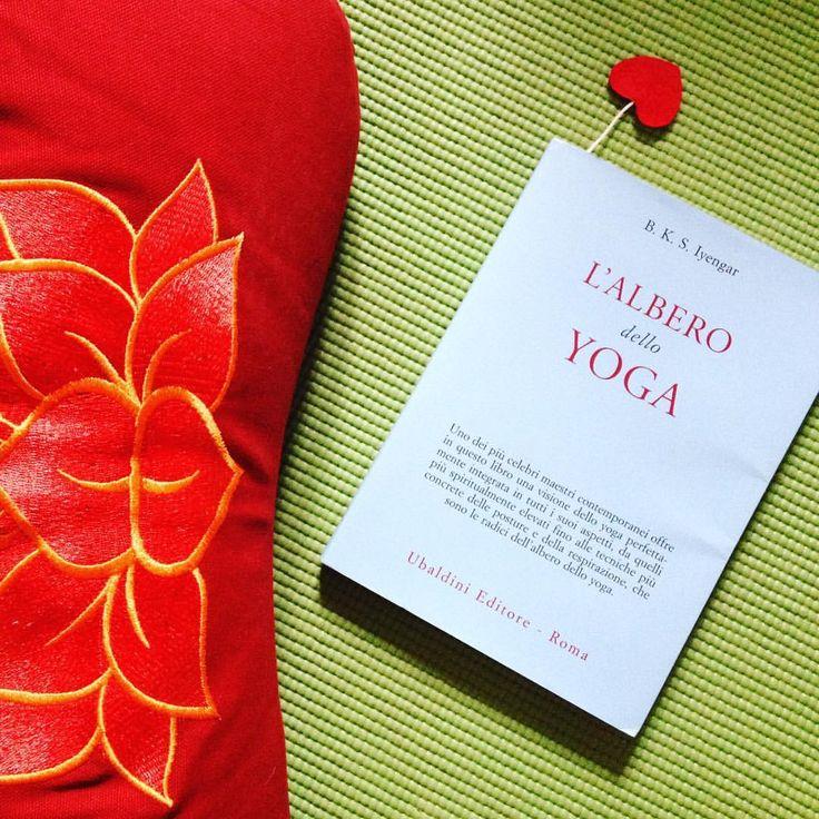 #bookoftheweek #iyengar || Yoga è un viaggio interiore, scrive Iyengar. In questo bel libro spiega come tutto quello che ha imparato di se stesso, lo ha appreso attraverso la pratica degli asana e del controllo del respiro. Il linguaggio è chiaro, scorrevole e molto poetico. Ogni frase diventa una riflessione od uno spunto di meditazione per ciascun praticante - sia dello stile Iyengar o di altri stili, avanzato o alle prime armi || www.yogatown.it — presso Yoga Town - Taranto. #yoga…