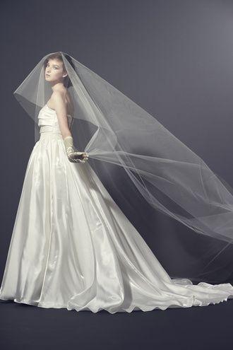 ラ レンヌ(La Reine) 新作ドレス シルクの光沢が最高に美しいシンプルスタイリッシュドレスはタック&ギャザーが絶妙バランス