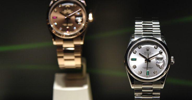 Como descobrir o valor de um relógio Rolex. A forma mais apropriada de descobrir o valor de um relógio Rolex é perguntar diretamente a um vendedor autorizado, e pedir um documento assinado com o timbre da empresa. O valor cobrado para a inspeção vai de zero à mais ou menos cem dólares, ou 1% o valor do relógio, e é sempre bom fazer a inspeção por questões de seguro. Tenha em mente que a ...