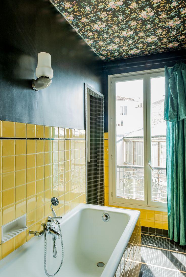Salle de bains atypique au carrelage jaune