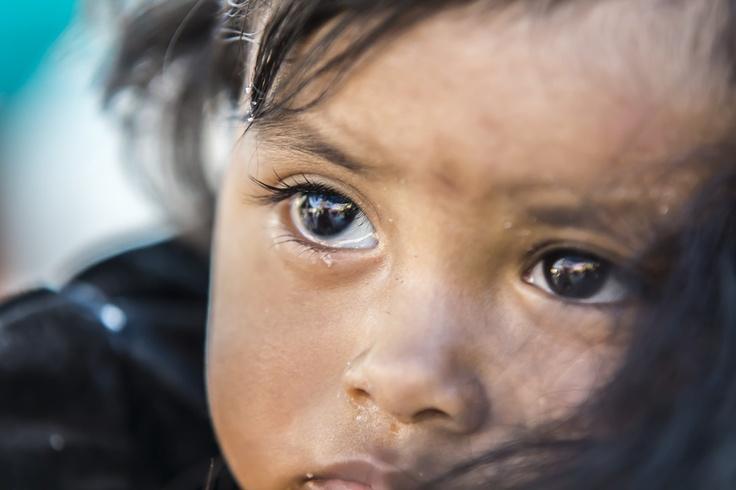 Tijdens de bruiloft waar ik bij was, lag dit meisje bij haar moeder op de schouder met haar kleine verdriet. Foto gemaakt in México. Door communitylid jwtuinenga - NG FotoCommunity ©