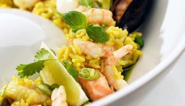 Paella er en spansk rett passer godt til både hverdag og fest. Til hverdag kan den lages med reker, torsk og blåskjell mens til fest kan man ha i enda flere delikatesser fra havet.