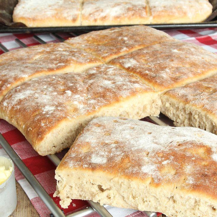 Lättgjorda, saftiga och supergoda långpannebröd som passar perfekt till frukost och mellis.