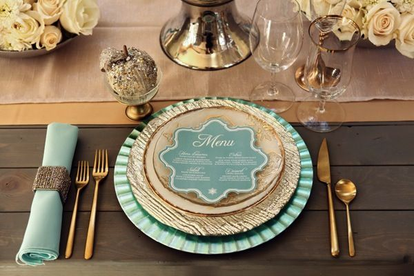 Gold and mint wedding tablescape #goldwedding #tablesetting #placesetting