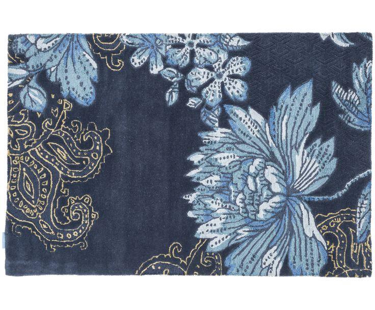Gehen Sie mit dem handgetufteten Wollteppich Fabled mit Blumenmuster in Blau wie auf Wolken. Entdecken Sie weitere edle Teppiche von WEDGWOOD HOME auf >> WestwingNow.