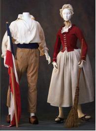 la moda se convirtió en un instrumento de propaganda ideológica de la nueva era. Los revolucionarios manifestaron su espíritu rebelde y su rechazo a la vieja sociedad mediante el atuendo. Aquellos que llevaban complicados y extravagantes trajes de seda eran considerados enemigos de la Revolución.